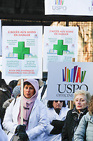 LES PHARMACIENS EN GREVES ONT MANIFESTE DEVANT LE SIEGE PARISIEN DE L ASSURANCE MALADIE. ILS PROTESTENT CONTRE LA FRAGILISATION DE LEURS REVENUS DUE A LA BAISSE DE PRIX DES MEDICAMENTS.