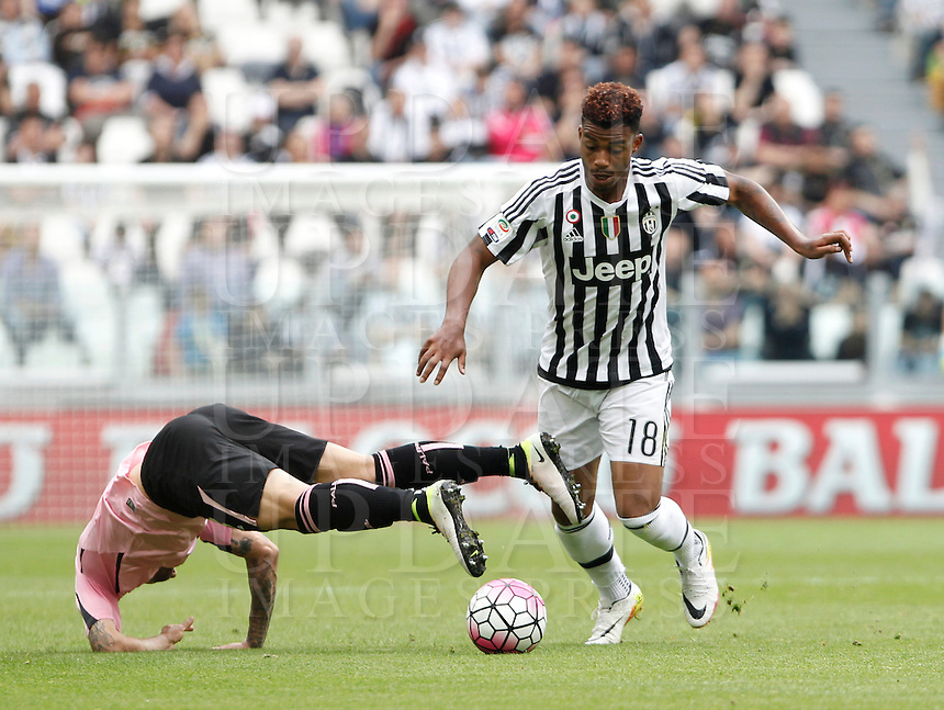 Calcio, Serie A: Juventus vs Palermo. Torino, Juventus Stadium, 17 aprile 2016.<br /> Juventus' Mario Lemina, right, is challenged by Palermo's Franco Vazquez during the Italian Serie A football match between Juventus and Palermo at Turin's Juventus Stadium, 17 April 2016.<br /> UPDATE IMAGES PRESS/Isabella Bonotto