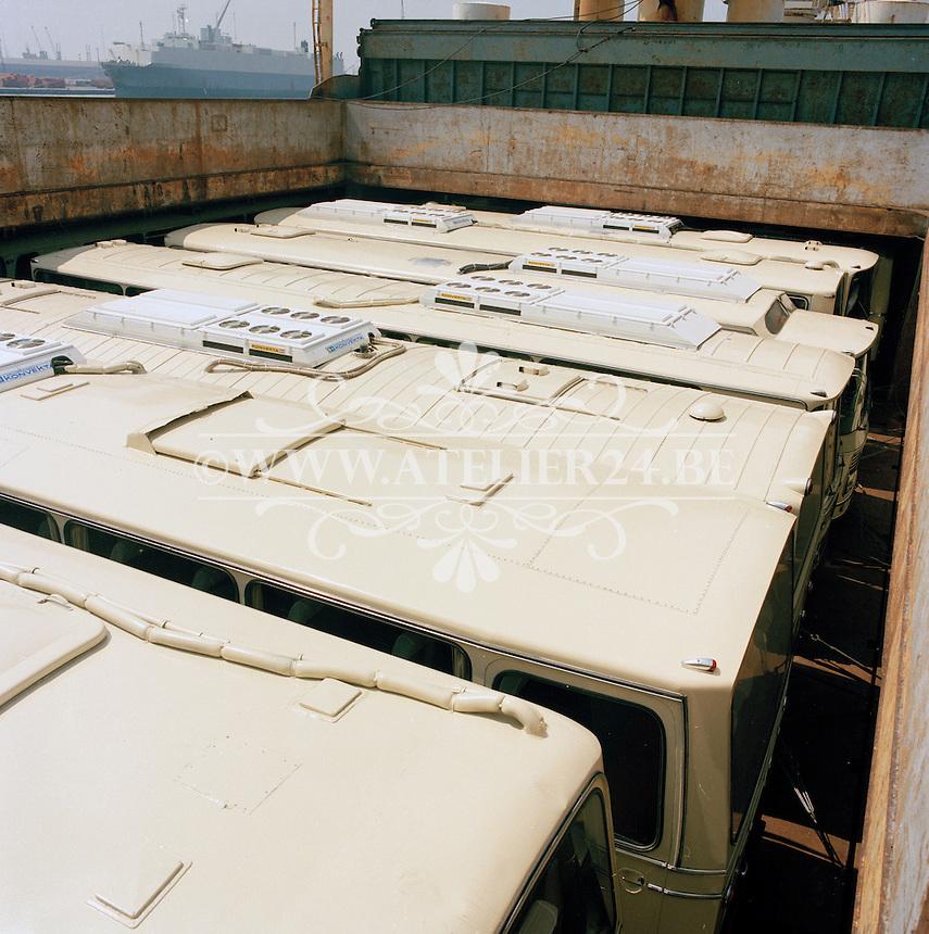 Juli 1985. Lading bussen op een schip in de Haven van Antwerpen.