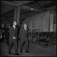 Sud Aviation. 4 et 5 Novembre 1965. Vue du Prince Philip d'Angleterre et de Monsieur Servanty en visite dans un atelier.