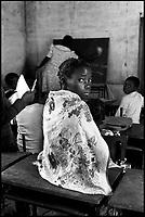 Mozambico,bambina in una scuola elementare a Maputo