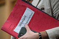 """Konstituierung des 3. Untersuchungsausschusses der 19. Wahlperiode (""""Wirecard"""") am <br /> Donnerstag den 8. Oktober 2020.<br /> Nach dem Zusammenbruch des Finanzunternehmens Wirecard hatten die Mitglieder des Deutschen Bundestag die Einsetzung des Wirecard-Untersuchungsausschuss beschlossen. Bundestagspraesident Wolfgang Schaeuble eroeffnete die konstituierende Sitzung.<br /> Im Bild: Fabio di Masi, finanzpolitischer Sprecher der Linkspartei, vor Beginn der Ausschusssitzung. In der Hand haelt er eine Aktenmappe mit der Aufschrift """"Wirecard Untersuchungsausschuss"""".<br /> 8.10.2020, Berlin<br /> Copyright: Christian-Ditsch.de"""