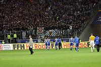 Spieler des Karlsruher SC feiern mit ihren Fans