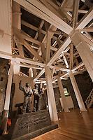 Europe/Voïvodie de Petite-Pologne/Environs de Cracovie/Wieliczka: Mine de Sel Wieliczka inscrite au patrimoine mondial UNESCO - Chambre Drozdowice: la charpente et statue en sel de deux charpentiers de marine par Antoni Wyrodek