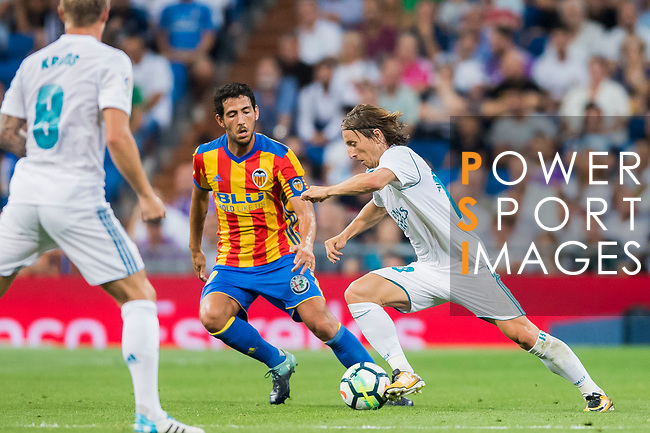 Luka Modric (r) of Real Madrid competes for the ball with Daniel Parejo Munoz of Valencia CF during their La Liga 2017-18 match between Real Madrid and Valencia CF at the Estadio Santiago Bernabeu on 27 August 2017 in Madrid, Spain. Photo by Diego Gonzalez / Power Sport Images