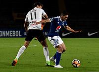 BOGOTÁ - COLOMBIA, 15-08-2018: Gabriel Hauche (Der.) jugador de Millonarios (COL), disputa el balón con Enrique Borja (Izq.) jugador de General Díaz (PAR), durante partido de vuelta entre Millonarios (COL) y General Díaz (PAR), de la segunda fase por la Copa Conmebol Sudamericana 2018, en el estadio Nemesio Camacho El Campin, de la ciudad de Bogotá. / Gabriel Hauche (R) player of Millonarios (COL), figths for the ball with Enrique Borja (L) player of General Diaz (PAR), during a match of the second leg between Millonarios (COL) and General Diaz (PAR), of the second phase for the Conmebol Sudamericana Cup 2018 in the Nemesio Camacho El Campin stadium in Bogota city. VizzorImage / Luis Ramirez / Staff.