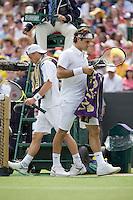 30-6-08, England, Wimbledon, Tennis, Federer passes Hewitt(L) during changeover