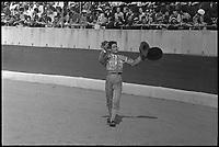 18 Juin 1967. Vue du torero Marquez qui salue le public des arènes de Toulouse.