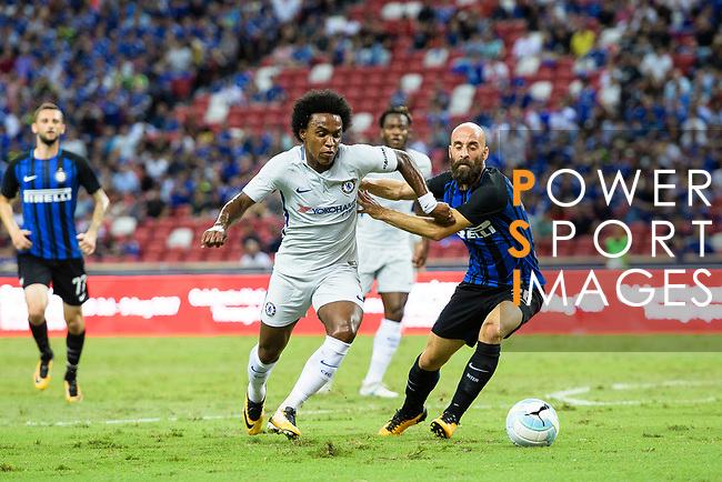 Chelsea Midfielder Willian da Silva (L) fights for the ball with FC Internazionale Midfielder Borja Valero (R) during the International Champions Cup 2017 match between FC Internazionale and Chelsea FC on July 29, 2017 in Singapore. Photo by Marcio Rodrigo Machado / Power Sport Images