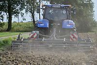 Germany, New Holland Tractor powered by BioMethan gas CNG / DEUTSCHLAND, Damnatz im Wendland, Hof und Biogasanlage von Horst Seide, neuer New Holland Traktor T6.180 mit Methanpower mit Gasmotor und Biomethan bzw. CNG Gas Antrieb im Test beim Grubbern auf dem Acker