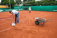 2013-08-17, Netherlands, Raalte,  TV Ramele, Tennis, NRTK 2013, National Ranking Tennis Champ,  Prepairing the court after rainfall<br /> <br /> Photo: Henk Koster
