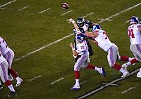 quarterback Eli Manning (10) of the New York Giants unter Druck von defensive tackle Fletcher Cox (91) of the Philadelphia Eagles - 09.12.2019: Philadelphia Eagles vs. New York Giants, Monday Night Football, Lincoln Financial Field
