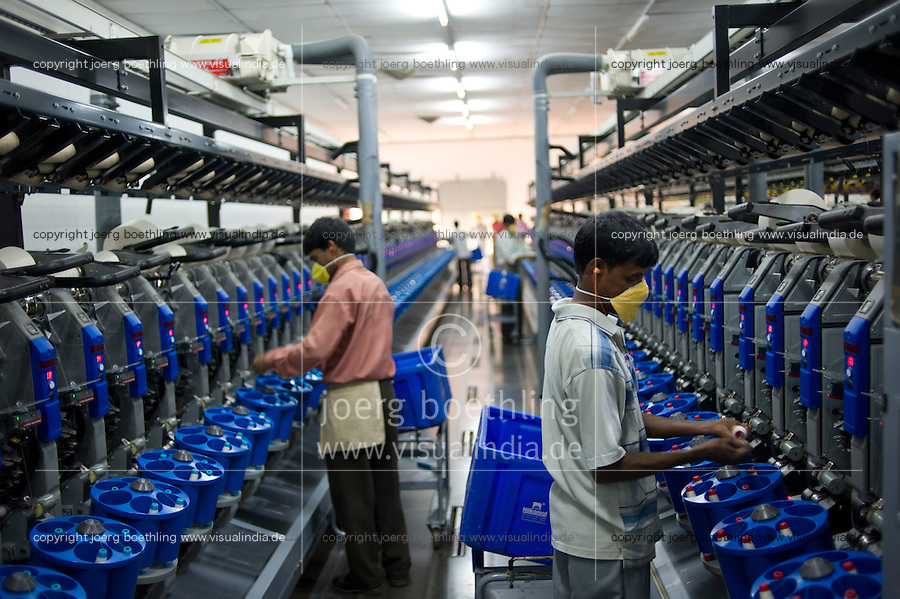 INDIA Madhya Pradesh, Indore, Mahima Fibres Ltd. spinning factory process fair trade cotton / INDIEN Madhya Pradesh , Indore, Verarbeitung von fairtrade Baumwolle bei Spinnerei Mahima Fibres Ltd.