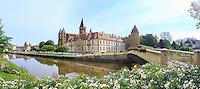 France, Saône-et-Loire (71), Paray-le-Monial, basilique du Sacré-Coeur et les batiments conventuels vus des rives de la Bourbince // France, Saone et Loire, Paray le Monial, Sacre Coeur basilica