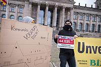 """Uebergabe von 44.000 Unterschriften fuer ein erweitertes, preislimitiertes Vorkaufsrecht am Donnerstag den 28. Jnuar 2021 durch Mieterinitiativen an Mitglieder des Deutschen Bundestag.<br /> Mehr als 44.000 Menschen haben eine Petition unterzeichnet, in der ein erweitertes, preislimitiertes Vorkaufsrecht fuer Wohnhaeuser fuer Staedte und Kommunen gefordert wird um Immobilienspekulation zu Lasten von Mietern zu begrenzen.<br /> Die Unterschriften wurden von der Nachbarschaftsinitiative """"Bizim Kiez - Unser Kiez"""" und des """"Berliner Mieterverein e.V."""" an Abgeordnete uebergeben, die zu wohnungs- und baupolitischen Themen im Bundestag zustaendig sind.<br /> 28.1.2021, Berlin<br /> Copyright: Christian-Ditsch.de"""