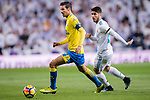Jose Vicente Gomez Umpierrez of UD Las Palmas (L) fights for the ball with Isco Alarcon of Real Madrid (R) during the La Liga 2017-18 match between Real Madrid and UD Las Palmas at Estadio Santiago Bernabeu on November 05 2017 in Madrid, Spain. Photo by Diego Gonzalez / Power Sport Images
