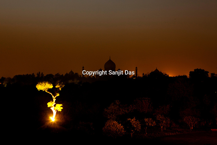 A view of Taj Mahal at night from the Amar Vilas Hotel in Agra, Uttar Pradesh in India. Photo: Sanjit Das/Panos pour Le Point
