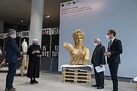 Bundestagsvizepraesidentin Claudia Roth eroeffnete am Donnerstag den 29. Oktober 2020 das Quadriga-Projekt im Mauer-Mahnmal des Bundestages.<br /> Auf Einladung des Kunstbeirates des Deutschen Bundestages wird das historische Gipsmodell der beruehmten Quadriga vom Brandenburger Tor durch die Gipsformerei der Staatlichen Museen zu Berlin im Mauer-Mahnmal des Bundestages wiederhergestellt. Das Kooperationsprojekt, wir bis zum Herbst 2022 dauern und als Schau-Werkstatt betrieben werden.<br /> Leiter des Berliner Denkmalschutzes, Dr. Christoph Rauhut (1.vr.), der Leiter der Gipsformerei, Miguel Helfrich (1.vl.) und Dr. Andreas Kaernbach, Kurator der Kunstsammlung des Deutschen Bundestages und Referatsleiter Kunst im Deutschen Bundestag (2vr.) erlaeuterten fuer Claudia Roth (2.vl.) die Ziele und den Ablauf des Projekts.<br /> 29.10.2020, Berlin<br /> Copyright: Christian-Ditsch.de