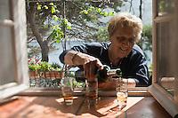 Europe/France/Provence-Alpes-Côte d'Azur/13/Bouches-du-Rhône/Marseille: Repas au cabanon d'Yves Darnaud, cabanonier à la Calanque de Sormiou -Quand il fait chaud: L'heure du Pastis  - Yvette Kevran Auto N: 2009-107