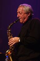 Le bâtonnier du Québec, Me J. Michel Doyon, jouant au saxophone, après 43 ans sans y avoir touché, la pièce: Blueberry Hill.  (Groupe CNW/Avocats sans frontières)