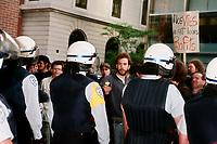 Photo d'archive de la police de Montreal -<br /> perimetre lors d'une manifestation.<br /> a l'exterieur de l'hotel Sheraton durant la Conference de Montreal 1998<br /> <br /> PHOTO :  AGENCE QUEBEC PRESSE<br /> <br /> NOTE :  numerisation a refaire avec equipement moderne pour obtenir une meilleure qualite.