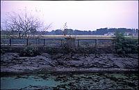 Il Naviglio Grande in secca presso Gaggiano, lungo i campi nel Parco Agricolo Sud Milano. L'argine  --- The canal Naviglio Grande with shallow water near Gaggiano, along the fields in the Rural Park South Milan
