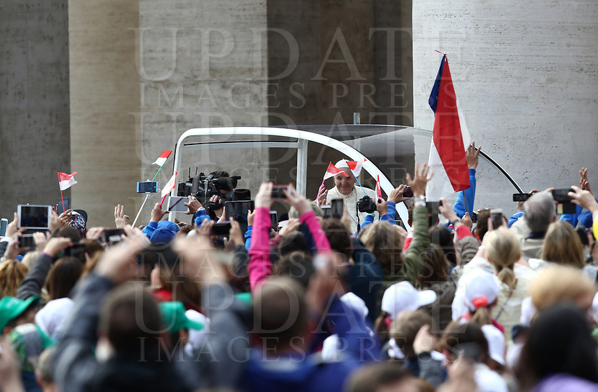 Papa Francesco saluta i fedeli al suo arrivo all'udienza generale del mercoledi' in Piazza San Pietro, Citta' del Vaticano, 18 aprile, 2018.<br /> Pope Francis waves to faithful as he arrives to lead his weekly general audience in St. Peter's Square at the Vatican, on April 18, 2018.<br /> UPDATE IMAGES PRESS/Isabella Bonotto<br /> <br /> STRICTLY ONLY FOR EDITORIAL USE