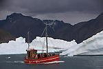 decouverte de Qooroq, le fjord de glace, a bord de petits bateaux de peche locaux