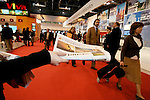 MADRID 31 DE ENERO DE 2007. AZAFATAS REPARTEN EJEMPLARES DE UNIVERSAL EN EL STAND DE IBERIA EN FITUR 2007. (FOTO ALVARO HERNANDEZ).