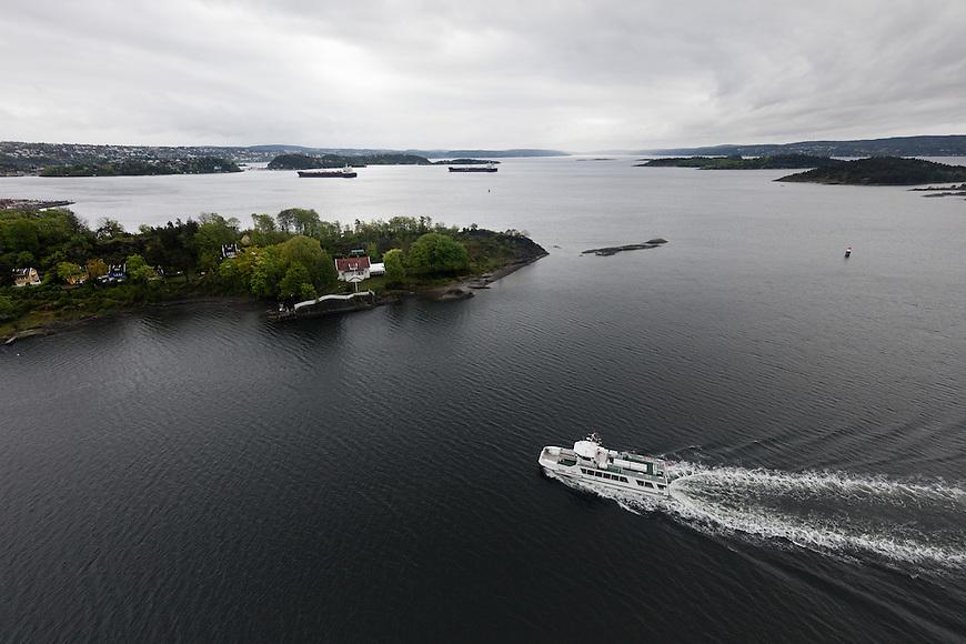 Oslo fra lufta, 20150519. Båt kjører mellom øyene utenfor Oslo. Foto: Eirik Helland Urke.