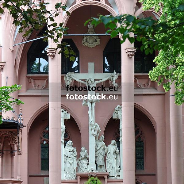 Kreuzigungsgruppe am Außenaltar der Rochuskapelle (1891-95, Architekt Max Meckel), auf dem Rochusberg, Bingen am Rhein