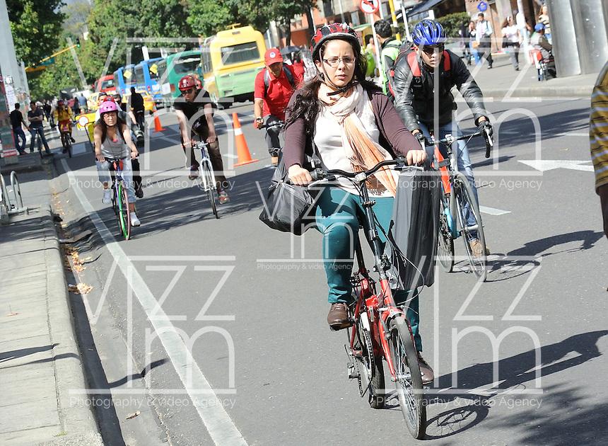 BOGOTÁ - COLOMBIA 22-09- 2015: Una ciclista disfruta hoy durante el Día sin Carro. A biker  enjoys today during the Car Free Day in Bogotá. Photo: VizzorImage / Gabriel Aponte / Staff