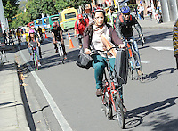 BOGOTÁ - COLOMBIA 22-09- 2015: Una ciclista disfruta hoy durante el Día sin Carro. A biker  enjoys today during the Car Free Day in Bogotá. Photo: VizzorImage / Gabriel Aponte / Staff