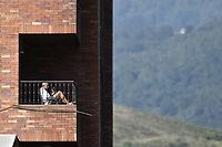 CALI - COLOMBIA, 21-03-2020: Un anciano toma el sol en Cali durante la cuarentena total en el territorio colombiano causada por la pandemia  del Coronavirus, COVID-19 / An older man sunbathes in Cali during the total quarantine in Colombian territory caused by the Coronavirus pandemic, COVID-19. Photo: VizzorImage / Gabriel Aponte / Staff