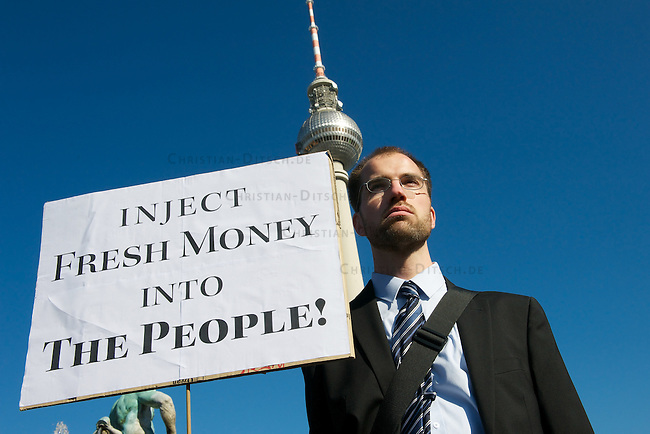 Mehrere tausend Menschen demonstrierten am Samstag den 15. Oktober 2011, dem sog. Global Action Day, in Berlin gegen die Macht der Banken und die Finanzpolitik der Bundesregierung, die die Staatsschulden, die Kosten fuer den Euro-Rettungsschirm und die Verluste der Banken auf die Bevoelkerung umverteilen will. <br /> 15.10.2011, Berlin<br /> Copyright: Christian-Ditsch.de<br /> [Inhaltsveraendernde Manipulation des Fotos nur nach ausdruecklicher Genehmigung des Fotografen. Vereinbarungen ueber Abtretung von Persoenlichkeitsrechten/Model Release der abgebildeten Person/Personen liegen nicht vor. NO MODEL RELEASE! Nur fuer Redaktionelle Zwecke. Don't publish without copyright Christian-Ditsch.de, Veroeffentlichung nur mit Fotografennennung, sowie gegen Honorar, MwSt. und Beleg. Konto: I N G - D i B a, IBAN DE58500105175400192269, BIC INGDDEFFXXX, Kontakt: post@christian-ditsch.de<br /> Bei der Bearbeitung der Dateiinformationen darf die Urheberkennzeichnung in den EXIF- und  IPTC-Daten nicht entfernt werden, diese sind in digitalen Medien nach §95c UrhG rechtlich geschuetzt. Der Urhebervermerk wird gemaess §13 UrhG verlangt.]