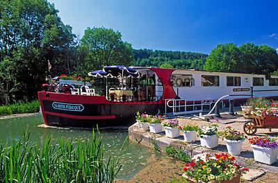 Frankreich, Burgund, Saône & Loire, Restaurant-Schiff verlaesst Schleuse auf dem Canal du Centre   France, Burgundy, Saône & Loire, Restaurant-Ship at Canal du Centre