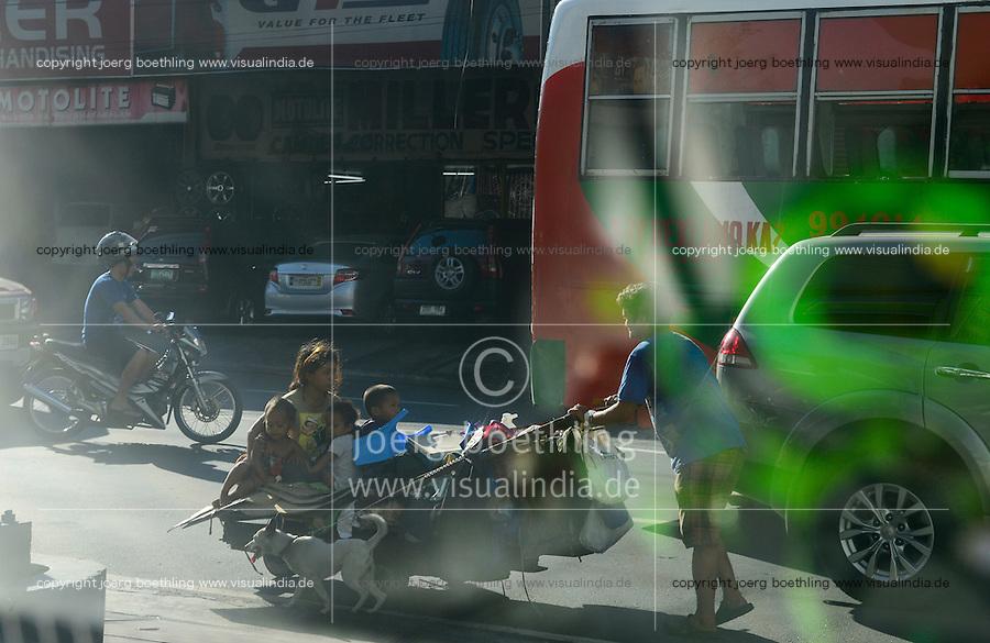 PHILIPPINES, Manila, Quezon City, homeless family with cart on the road / PHILIPPINEN, Manila, Quezon City, obdachlose Familie mit einem Karren auf der Strasse