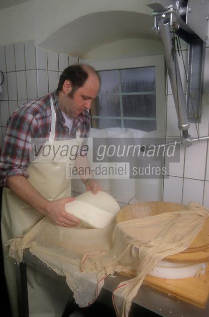 """Europe/Allemagne/Forêt Noire/Munstertal : Hôtel """"Spielweg"""" - Hans Jorg, le chef, prépare ses fromages [Non destiné à un usage publicitaire - Not intended for an advertising use]"""