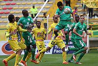 BOGOTA - COLOMBIA - 18-04-2015: Andy Pando de La Equidad disputa el balon contra el Atletico Huila  , durante partido  por la fecha 16 entre La Equidad y Atletico Huila  de la Liga Aguila I-2015, en el estadio Metropolitano de Techo  de la ciudad de Bogota. / Andy Pando   player of  La Equidad fights the ball against to Atletico Huila , during an  match of the 16 date between La Equidad and Atletico Huila   for the Liga Aguila I -2015 at the Metropolitano de Techo  Stadium in Bogota city, Photo: VizzorImage / Felipe Caicedo / Staff.