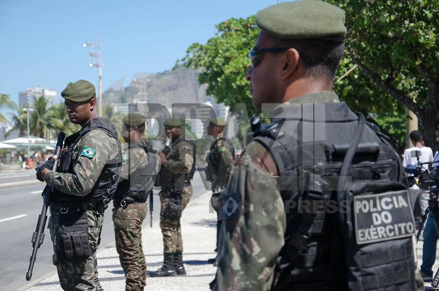 RIO DE JANEIRO, RJ, 30.03.2018 - SEGURANÇA-RJ - Exército realiza patrulhamento em na praia Copacabana na zona sul do Rio de Janeiro nesta sexta-feira, 30 (Foto: Vanessa Ataliba/Brazil Photo Press)