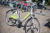 Miet-Fahrraeder der Firma Deezer - Nexbike und ein Miet-Fahrrad der Supermarkt-Firma Lidl auf dem Oranienplatz in Berlin-Kreuzberg.<br /> Die Fahrraeder sind mit einem GPS-Sender ausgestattet, der alle Bewegungen der Nutzer an die Firma sendet.<br /> 9.8.2018, Berlin<br /> Copyright: Christian-Ditsch.de<br /> [Inhaltsveraendernde Manipulation des Fotos nur nach ausdruecklicher Genehmigung des Fotografen. Vereinbarungen ueber Abtretung von Persoenlichkeitsrechten/Model Release der abgebildeten Person/Personen liegen nicht vor. NO MODEL RELEASE! Nur fuer Redaktionelle Zwecke. Don't publish without copyright Christian-Ditsch.de, Veroeffentlichung nur mit Fotografennennung, sowie gegen Honorar, MwSt. und Beleg. Konto: I N G - D i B a, IBAN DE58500105175400192269, BIC INGDDEFFXXX, Kontakt: post@christian-ditsch.de<br /> Bei der Bearbeitung der Dateiinformationen darf die Urheberkennzeichnung in den EXIF- und  IPTC-Daten nicht entfernt werden, diese sind in digitalen Medien nach §95c UrhG rechtlich geschuetzt. Der Urhebervermerk wird gemaess §13 UrhG verlangt.]