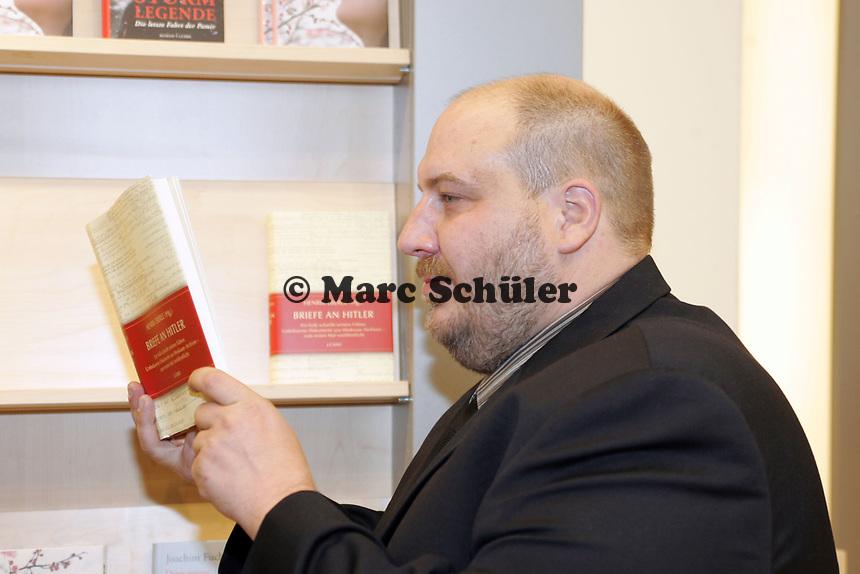 """Autor Henrik Eberle mit seinem Buch """"Briefe an Hitler"""""""