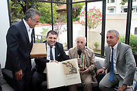 CHARLES AZNAVOUR - EN VISITE AU CONSULAT D ARMENIE RECOIT DES LIVRES DE S MAINS DE JOSEPH ARAKEL A MARSEILLE . FRANCE , LE 26/06/2017