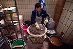 Man making thousand-year-eggs; Xiu Tian street market; cook; commerce; Chongqing; 041603