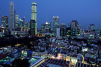 Asie/Singapour/Singapour/Chinatown: La ville et ses buildings la nuit