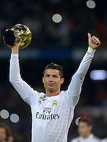 MADRID - ESPAÑA - 15-01-2015: Cristiano Ronaldo muestra a los simpatizantes del Real Madrid el tercer Balón de Oro que ganó como el mejor jugador del mundo, antes del partido entre Real Madrid y Atlético de Madrid en el estadio Santiago Bernabéu de Copa del Rey. / Cristiano Ronaldo shows to Real Madrid supporters the third Golden Ball won as the best world player before the match between  Real Madrid and Atlético de Madrid at Santiago Bernabéu stadium for La Copa del Rey. Photo: Asnerp / Patricio Realpe / VizzorImage.