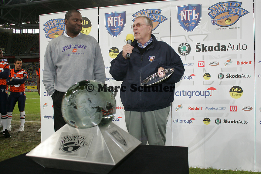 Frankfurt Galaxy Head Coach Mike Jones wird von NFL Consultant John Beake zum Coach des Jahres ausgezeichnet