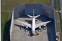Airbus A380 in der Laermschutzhalle: EUROPA, DEUTSCHLAND, HAMBURG,  (EUROPE, GERMANY),09.09.2012: Airbus A380 in der Laermschutzhalle,  Airbus A 380, Herstellung, Test, Versuch, Laerm, Schutz, Halle, Umwelt, Umweltschutz, Arbeit, Finkenwerder, Werksflugplatz,
