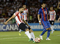 BARRANQUIILLA - COLOMBIA, 19-09-2017: Jonathan Avila (Izq) del Atlético Junior de Colombia disputa el balón con Marcos Riveros (Der) jugador de Cerro Porteño de Paraguay durante partido de vuelta por los octavos de final, llave 5, de la Copa CONMEBOL Sudamericana 2017  jugado en el estadio Metropolitano Roberto Meléndez de la ciudad de Barranquilla. / Jonathan Avila (L) player of Atlético Junior of Colombia struggles the ball with Marcos Riveros (R) player of Cerro Porteño of Paraguay during second leg match for the eight finals, key 5, of the Copa CONMEBOL Sudamericana 2017played at Metropolitano Roberto Melendez stadium in Barranquilla city.  Photo: VizzorImage / Gabriel Aponte / Staff