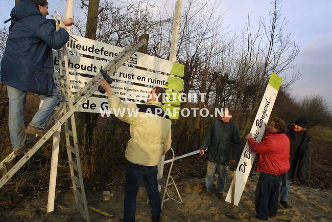 Slijk-Ewijk, 180102<br />Millieudefensie hangt borden op bij de boomgaard van 300 bij 20 meter die door hun is gekocht als actie tegen de bouw van MTC Valburg. De boomgaard wordt de Betuwse Bongerd genoemd.<br />Foto: Sjef Prins / APA Foto
